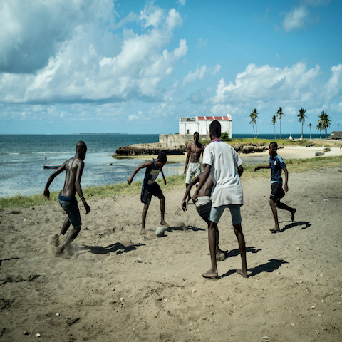 Ilha_de_mozambique_children_playing_football